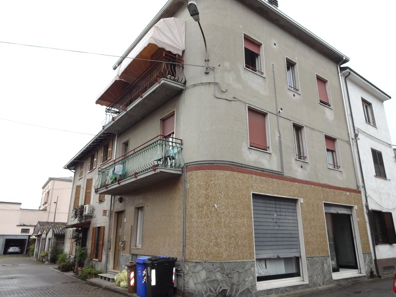 Vendesi Intero stabile con due Appartamenti + Negozio